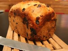 Recept voor krentenbrood in de broodbakmachine. Een echte Nederlandse klassieker die iedereen lekker vindt en met een roomboter onweerstaanbaar.
