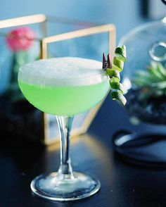 Love this from 💯🍹❤️ Good evening folks! Here's my rendition for . - 1 Part Gin - 1 Part Green… Wine Cocktails, Classic Cocktails, Craft Cocktails, Summer Cocktails, Cocktail Drinks, Cocktail Recipes, Lime Drinks, Bar Drinks, Refreshing Drinks
