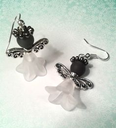 The angel earrings have a little dress on and a blue pearl as a head. The angel earrings are the ideal accessory … Source by vera_poerschke Beaded Crafts, Beaded Ornaments, Angel Earrings, Bead Earrings, Earring Crafts, Jewelry Crafts, Jewelry Making Classes, Angel Pendant, Angel Crafts