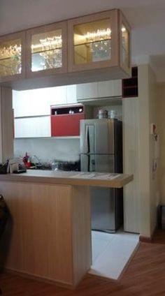 Projeto MilaThiele - Cozinha americana com cristaleira suspensa.  Execução CapiMóveis.