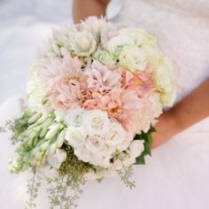 Romantic wedding with amazing flowers in blush tones and metallic touches! Beautiful!! Will have blush as one of my colors!