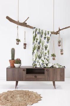 Wij krijgen niet genoeg van de cactus! Ook in de herfst haal je de natuur gewoon in huis door deze vrolijke stof met houten meubelen en accessoires te combineren. #herfst #cactus #stof #hout #natuurinhuis #kwantum #woonkamer