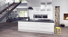 aménagement cuisine contemporaine avec un îlot en noir et blanc et une déco murale en bûches