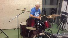 Jordi s'afanya fent uns drum rolls