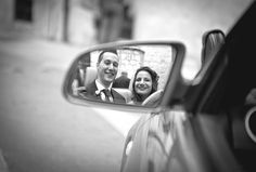 Un reflejo de felicidad / A reflection of happiness #boda #novios #reflejo #fotografia #original #risas #coche #wedding #car #mirror