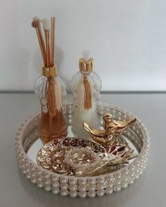 Glamour Decor, Bandeja Perfume, Glass Bottle Crafts, Glass Craft, Perfume Tray, Candle Tray, Living Room Accessories, Diy Crafts Hacks, Decorated Jars