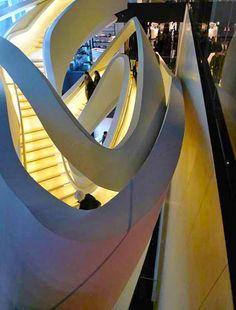 La escalera central es el rasgo arquitectónico más potente del edificio Emporio Armani Fifth Avenue, en Nueva York. Por los arquitectos Massimiliano y Doriana Fuksas.