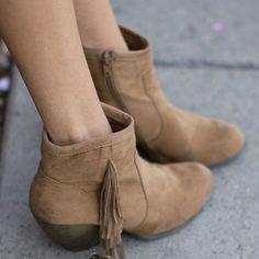A bota de franja é um item must have para as meninas apaixonadas pelo estilo boho.
