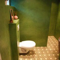 Wc en douche in Oosters stijl. Mooie olijfgroen stuc en Portugese tegels op de grond.