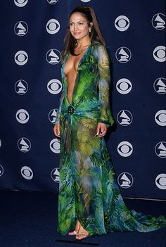 Jennifer Lopez at the 2001 Grammy Awards in a Versace gown. It kind of just looks like a piece of really long fabric with sleeves, and it never was finished. I blame everyone who was a part of this catastrophe. Jennifer Lopez, Geri Halliwell, Elizabeth Hurley, Vestidos Versace, Glamouröse Outfits, Grammy Outfits, Versace Gown, Glamorous Outfits, Iconic Dresses