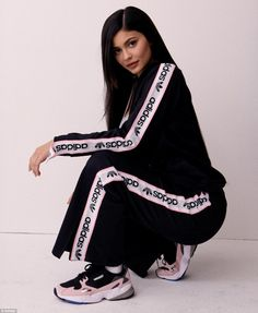 Kylie Jenner joins her sister Kendall as a new brand ambassador for Adidas. For her first campaign, Kylie poses in the Adidas Originals 'Falcon' sneaker which… Kylie Jenner Outfits, Kylie Jenner Adidas, Moda Kylie Jenner, Kylie Jenner Photoshoot, Kylie Jenner Fotos, Trajes Kylie Jenner, Looks Kylie Jenner, Kyle Jenner, Kendall Jenner Style