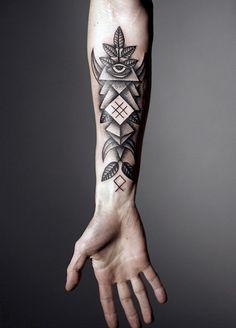 Unterarm-Tattoo Design mit Blättern, Pyramiden und dem allwissenden Auge
