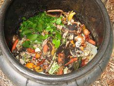 Make organic compost in tight spaces Organic Compost, Organic Gardening, Gardening Tips, Garden Compost, Vegetable Garden, Tomato Cages, Organic Vegetables, Easy Garden, Beautiful Gardens