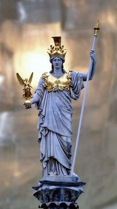 DA SÉRIE: PANTEÃO GRECO-ROMANO - Conta-se que Atená ou Minerva nasceu de uma forma curiosa: Zeus estava sofrendo de uma terrível dor de cabeça e Atená emergiu de sua testa, totalmente crescida e trajando uma armadura. A bravura de Atená é calma e refletida. Atená é a guardiã das Acrópoles das cidades onde ela reina e cujo espaço físico defende, sendo chamada por isso de Poliás, Atená era a senhora das cidades em cuja Acrópole figurasse o seu Paládio. Da página…