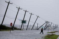 Ураган Харви уништио приобалне обале Тексаса (видео)  Ураган Харви уништио је огромне делове приобаља Тексаса. Уништене су читаве варошице и села. Локалном становништву сада прети огромна опасност од великих поплава. Србија данас фото: Ројтерс  #Srbija #Тексас, #Ура