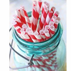 La paille, c'est le petit détail qui fait tout !C'est la cerise surle coktail, ça égaye une table de fête ou un pique-nique etça ravit toujours les enfantsqui aiment les mâchouilleret en font même parfois des oeuvres d'art.  Invitezces paillesvintagesà rayures rouges et blanchesà toutes vos célébrations !        4,00 € http://www.lafolleadresse.com/fetes-mariage-baptemes/256-pailles-en-papier-rouges.html