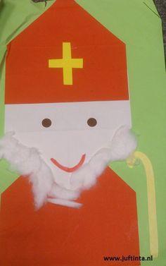 Voor deze Sinterklaas gebruik je twee rode vouwblaadjes en een witte. Vouw alle drie de vouwblaadjes in vieren. Voor de mijter en de mantel vouw je de bovenste twee hoeken naar achter of je knipt deze af. Voor het gezicht doe je dit met de onderste twee hoeken. Plak alles aan elkaar en maak je …