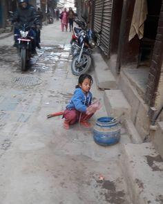 仕事する少女 #タヒティ の近くで #kathmandu #tahiti