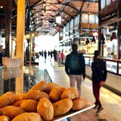 España Descubre donde comer barato en Madrid, siendo algunos de ellos sitios emblemáticos por los que merece la pena pasarse cuando visites la capital. Madrid Restaurants, Madrid City, Eurotrip, Street Photo, Adventure Travel, Barcelona, Spain, Around The Worlds, Photoshoot