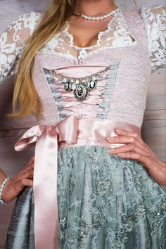 AlpenHerz Dirndl ist mehr als nur eine Tradition. Es ist eine Kombination aus Details und Design. Seide, Spitze und Perlen sorgen für den auffallenden Auftritt. Dirndl Charivari, Schmuck und passende Dirndlbluse verleihen ihrer Trägerin einen einzigartigen und besonderen Look. https://www.alpenherz.de/shop/damen/dirndl/