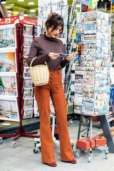 Vintage Fashion This French Girl Has the Easiest Outfit Tip for Looking Taller - Jeanne Damas knows how you can look taller with simple tweaks—see what the French girl has to say. Colorful Outfits, Simple Outfits, Trendy Outfits, Fashion Outfits, Fashion Tips, Fashion Trends, Fashion Websites, Vintage Style Outfits, Jeanne Damas