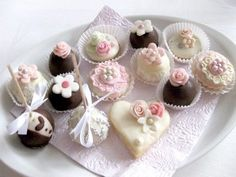 svatební_cukroví_mix_růžová Sweet Bar, Czech Recipes, Oreo Cupcakes, Wedding Sweets, Mini Cakes, Macaroons, Yummy Cakes, Afternoon Tea, Cookie Decorating