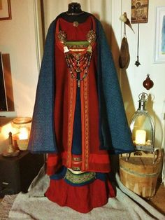 Looks like an open front apron dress being worn with a front cloth beneath it. Viking Reenactment, Medieval Costume, Medieval Dress, Norse Clothing, Medieval Clothing, Female Clothing, Viking Woman, Viking Age, Historical Costume