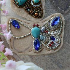 """589 Beğenme, 13 Yorum - Instagram'da ✨СТИЛЬНЫЕ БРОШКИ✨УКРАШЕНИЯ✨ (@angelina_bead_design): """"Пока тут все к Пасхе готовятся,у меня бабочки  Такая вот жизнеутверждающая бабочка,прям сапфирово-…"""""""