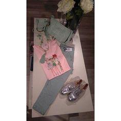 Feliz Martes amigas!   Con un día menos por delante la semana se lleva mejor. Para iniciar la semana os dejamos una propuesta casual muy chic, un contraste de colores que nos encanta y que sienta genial! ✨    #carmenalonsomoda #valladolid #modamujer #primavera #spring #novedades #tendencia #look #lookdeldia #lookoftheday #outfit #photooftheday #design #cute #chic #colours #shopping #complementos #calzado #pantalon #camiseta #bolso