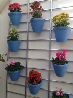 Estou apaixonada por este jardim vertical colorido! #vasos #pots #jardimvertical…