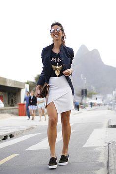 Look descolado e descontraído da Luiza Sobral: Saia assimétrica branca, camiseta, blazer e slipper preto.