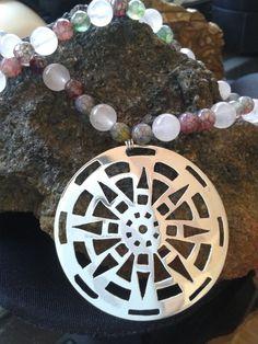 Mandala calada en plata 950 e hilado de piedras naturales cuarzo rosa y ágatas Copper Jewelry, Stone Jewelry, Beaded Jewelry, Handmade Jewelry, Metal Necklaces, Stamped Jewelry, Metal Stamping, Metal Working, Jewelry Crafts