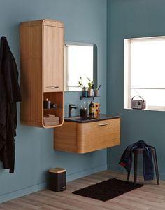 Le style rétro revisité dans un meuble de bains imitation chêne naturel.