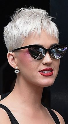 How to style the Pixie cut? Despite what we think of short cuts , it is possible to play with his hair and to style his Pixie cut as he pleases. Super Short Hair, Short Grey Hair, Short Blonde, Short Hair Cuts, Short Hair Styles, Pixie Cuts, Short Pixie Haircuts, Pixie Hairstyles, Short Hairstyles For Women