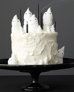 Easy-to-make marshmallow ghost cake for Halloween. Easy-to-make marshmallow ghost cake for Halloween. Source by marthastewart Halloween Snacks, Halloween Torte, Pasteles Halloween, Dulces Halloween, Theme Halloween, Holidays Halloween, Happy Halloween, Halloween 2013, Halloween Birthday