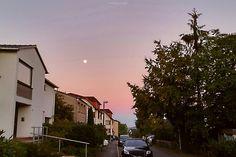 Der frühe Vogel fängt den Wurm.  Morgens in #Iserlohn.  #vielzufrüh #Mond #Sonnenaufgang #Morgengrauen #Strassenfotografie #streetphotography #Sauerland #NRW
