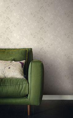 Tapet vlies cu fibre de lână, ornamentat cu motive cu frunze şi curpeni, pe un fond de culoarea cafelei cu lapte. Summer Garden, Love Seat, Minimalism, Couch, Retro, Modern, Furniture, Home Decor, Settee