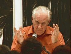 Conferencias de Alain Badiou24 y 25 de abril del 20001 . Conferencia del día 24 de abril del 2000.Finalmente, entonces, la pregunta que nos hacemos es la siguiente: ¿qué es la política?El siglo XX fue un gran siglo para la política. El escritor francés André Malraux decía que en nuestro siglo la política fue lo que reemplazó al destino. Entonces el destino del siglo es la política, y la tragedia del siglo es la política.   Pero se acabó el siglo. Y ahora ya no sabemos lo que es la política…