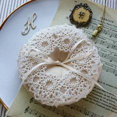 100番糸のリングピロー  幸せを願って作るリングピローは製作側も明るい気持ちになります。  #ブランボヌール#blancbonheur#タティングレース#tattinglace #frivolite #オーダーメイドレース #ordermadelace #ウエディング#wedding #anchor100