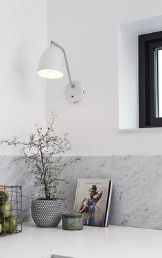 Attraktiv Beleuchten Sie Ihr Zuhause Mit Dieser Wandleuchte In Elegantem Design.  Schlichte Küche Im Skandi