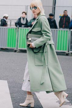 manteau long vert et bottines crème