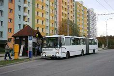 Karosa B741 odbavuje sídlištní cestující.