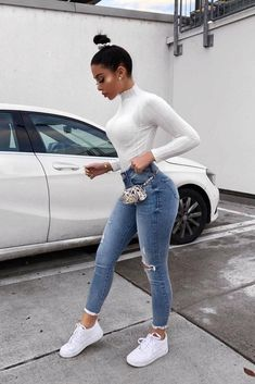 These skinny jeans and tshirt outfit make the perfect casual outfit inspiration! Classy Outfit, Cute Casual Outfits, Stylish Outfits, Casual Outfits For School, Simple Edgy Outfits, Cute Jean Outfits, Casual Jeans Outfit Summer, Winter Fashion Outfits, Look Fashion