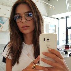 Pin for Later: 15 Reasons You're About to Have a Major Girl-Crush on Emily Ratajkowski (If You Don't Already) She makes glasses look really, really chic. Emily Ratajkowski Style, Emily Ratajkowski Makeup, New Glasses, Girls With Glasses, Glasses Style, Emrata Instagram, Lunette Style, Looks Cool, Mannequins