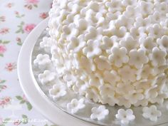 Tarta red velvet layer cake con decoración de flores de fondant