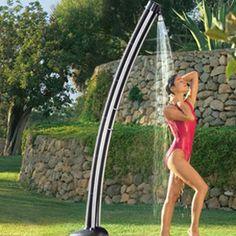 Esta ducha solar, nos suministrará agua caliente para 5 duchas con solo 3o minutos de sol. Puede llegar a calentar el agua a 50º C. Lo unico que necesitamos es conectarla a la manguera del jardin y un día soleado. Su precio alrededor de los 400 € en Pro- Idee. Visto en Coolest-gadgets.com
