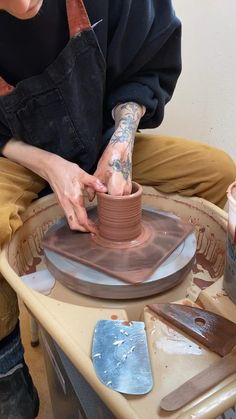 Throwing a mug - Timelapse video of making a handmade mug on the pottery wheel with terra-cotta clay by Sissy Moon Ceramics. Pottery Pots, Ceramic Pottery, Ceramic Clay, Ceramic Painting, Clay Mugs, Mugs Sharpie, Wheel Thrown Pottery, Pottery Wheel Diy, Hand Built Pottery