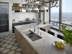 This Galley Ideal Workstation 4 sits perfectly in this high-rise unit located in the heart of Chicago. Not only is the kitchen absolutely stunning, but so is the view looking out of the window!
