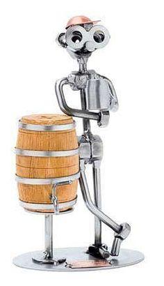 Schraubenmännchen - Mann mit Bierfaß . Biertrinker Der coole Typ, der sich an ein Bierfass lehnt, ist eine ausgefallene Dekoration für den Tresen oder eine Bar und