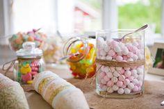 Karkkibuffa med dekorerade skålar som passar bordsdekorationerna